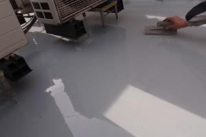 防水屋上ウレタン下塗り塗布こてならし状況1
